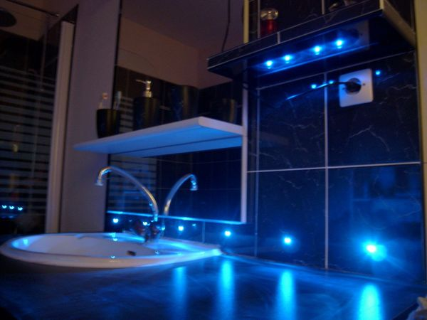 carrelage du coin lavabo avec led bleues. Black Bedroom Furniture Sets. Home Design Ideas